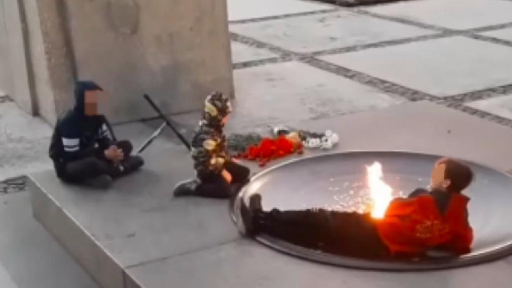 Родителей, чьи дети курили у Вечного огня в Новосибирске, привлекли к административной ответственности