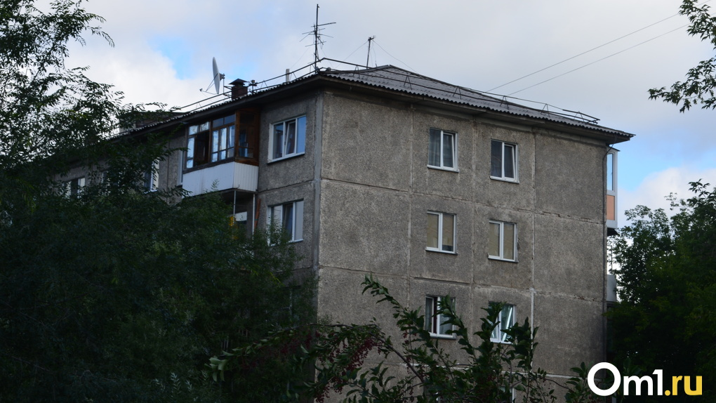 «Крыша раздора»: жильцы омской хрущёвки не пускают подрядчика в дом