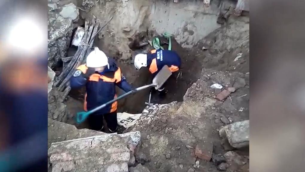На него упала стена: застрявший под обвалом в траншее новосибирский строитель попал в больницу