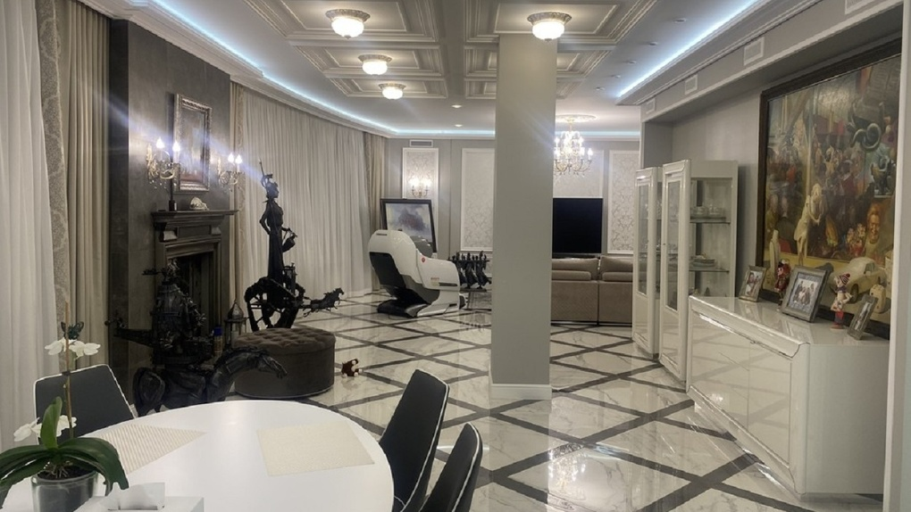В Омске коллекционер искусства продаёт квартиру за 27,5 миллиона рублей