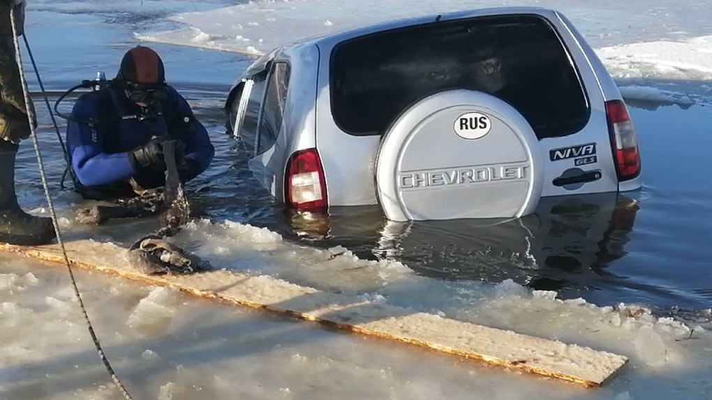 Опубликованы фото машины, которая провалилась под лёд вместе с водителем в Омской области