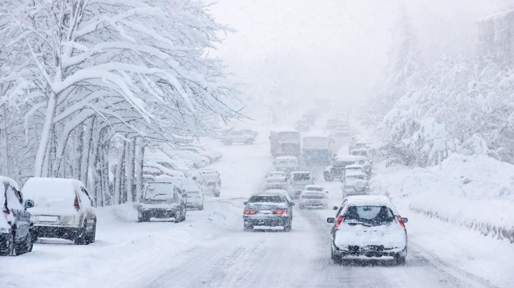 Гололедица и снежные заносы: завтра дороги Омска станут опасными
