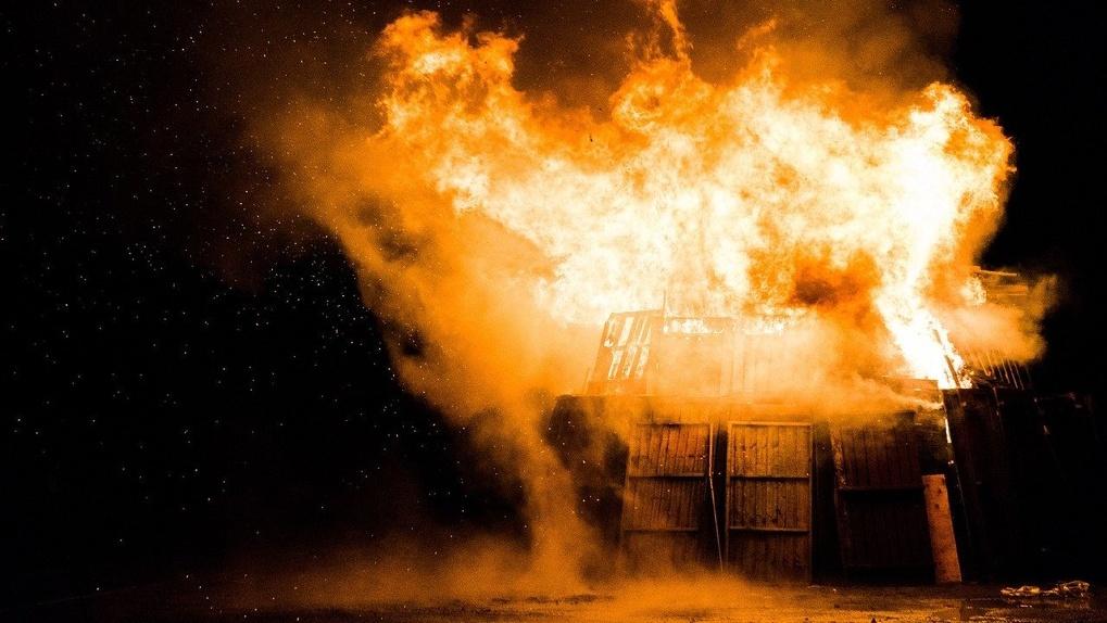 Из-за беспечности омских фермеров сгорело три жилых дома