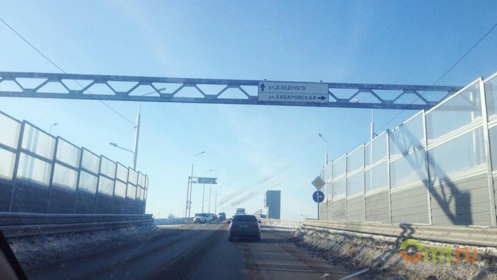 На спуске с омского путепровода ограничили скорость для транспорта