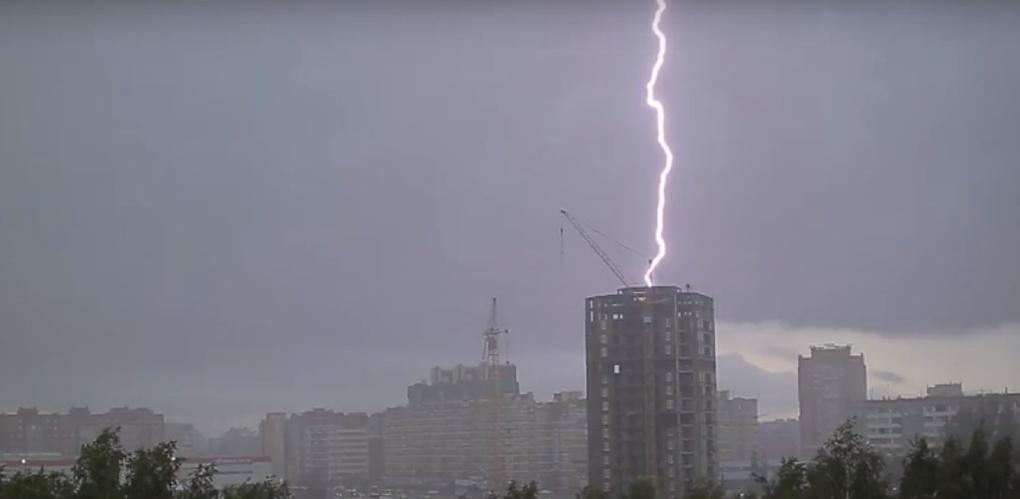 Во время грозы в Омске молния ударила в недостроенную высотку