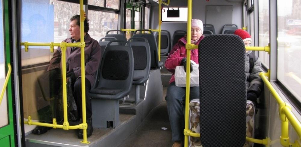 В Омске 87-летняя пассажирка упала в автобусе и получила несколько опасных травм