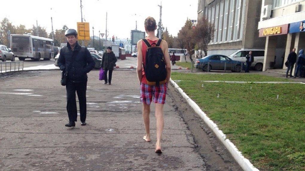 По Омску в октябре босиком разгуливает парень в шортах - ФОТО