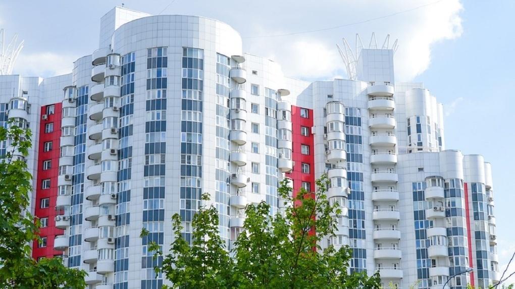 В Омске трехлетний малыш выпал из окна на шестом этаже