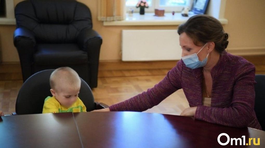 «Мама возвращаться не хочет». Кузнецова навестила в больнице малыша, над которым издевались под Омском