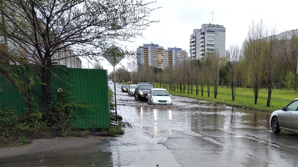 Потоп в Омске: водой заливает подъезды и машины — ВИДЕО