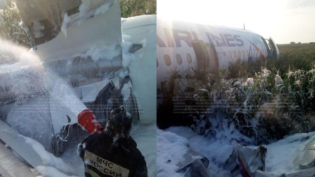 Экипаж «Уральских авиалиний» аварийно посадил самолет в поле и спас 234 жизни. Подробности