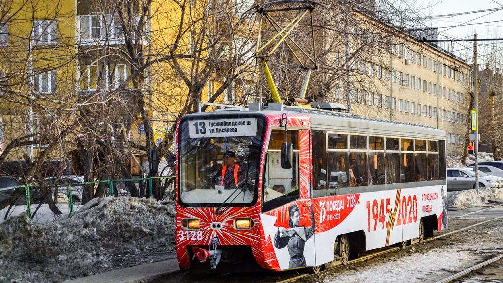 Легендарный новосибирский трамвай №13 украсили к 75-летию Победы