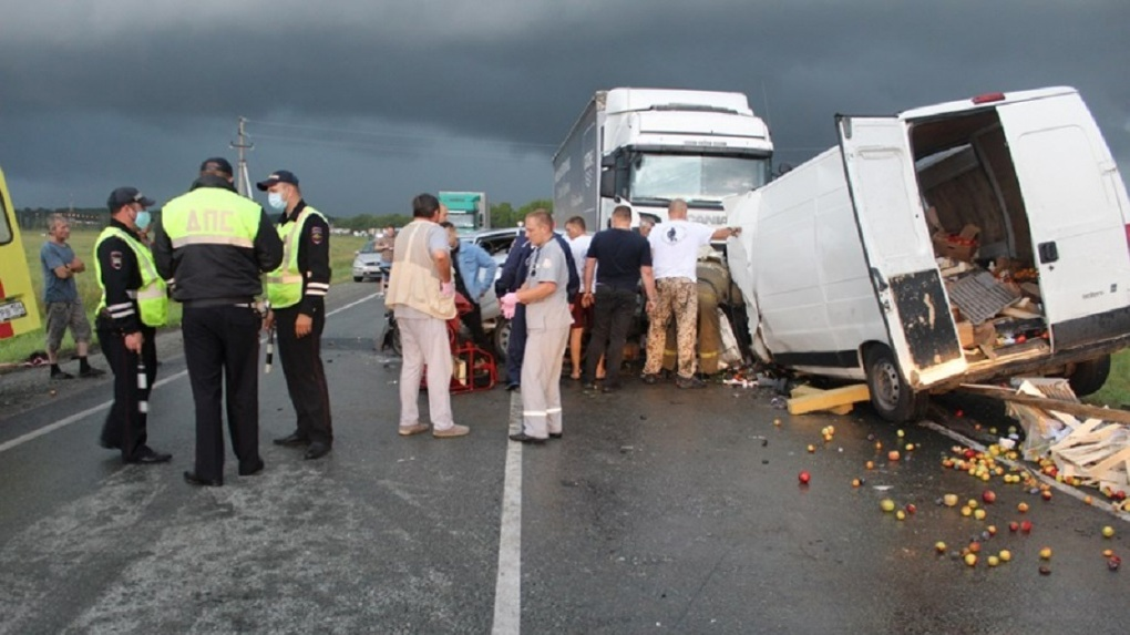 «Пассажир погиб, водители в реанимации»: страшное ДТП произошло на трассе «Барнаул – Новосибирск»