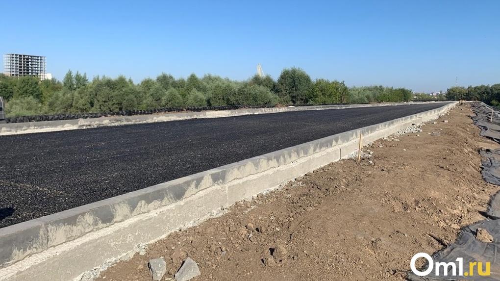 На новой омской магистрали на Левобережье начали наносить разметку