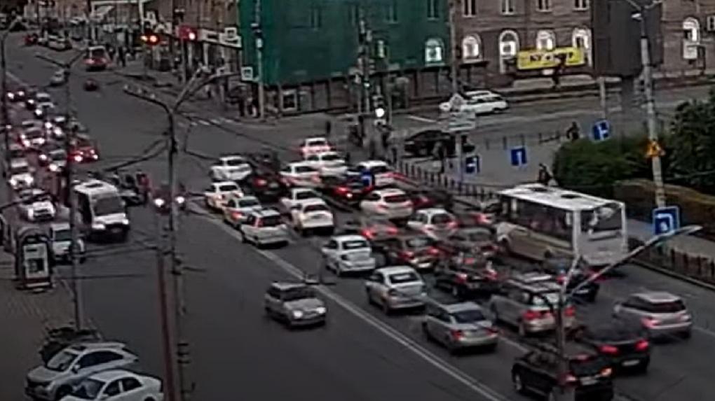 Видео с серьёзной аварией в центре Омска попало в Сеть