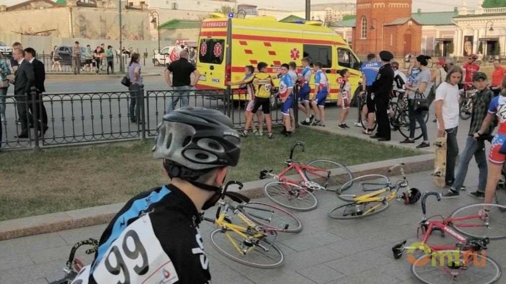 Омичка, перебегая дорогу, испортила соревнования велосипедистов