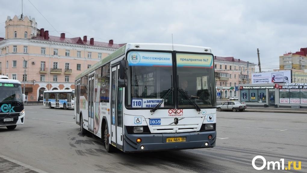 «С персоналом в принципе напряжённая ситуация». Автобус в Омске выходит на маршрут без кондуктора