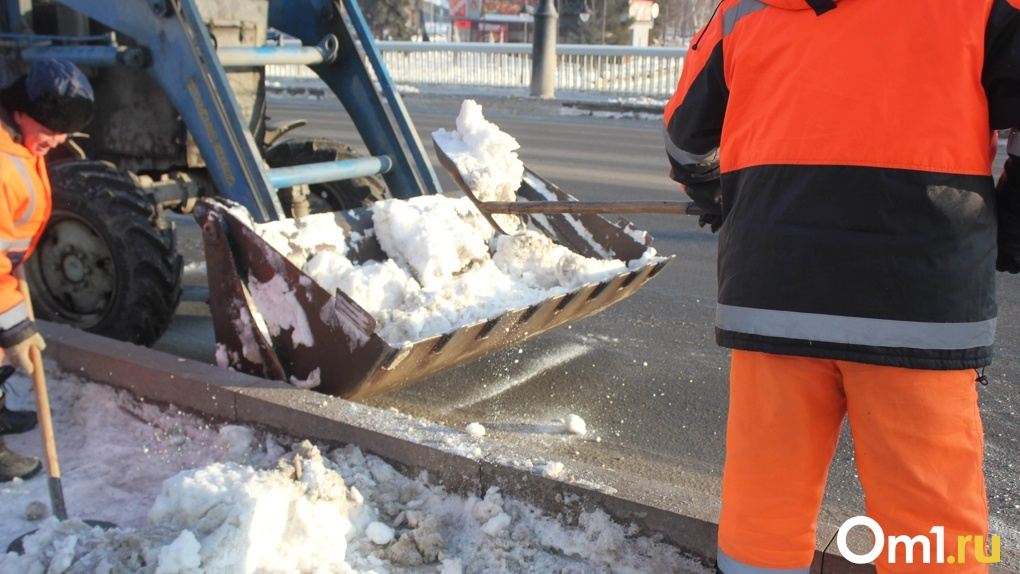 Почти 500 единиц техники: в Омске идёт масштабная борьба со снегом