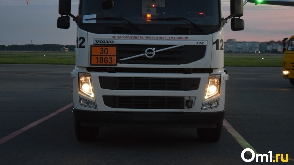 Умер через два часа. В Омской области мужчину зажало между грузовиком и трактором