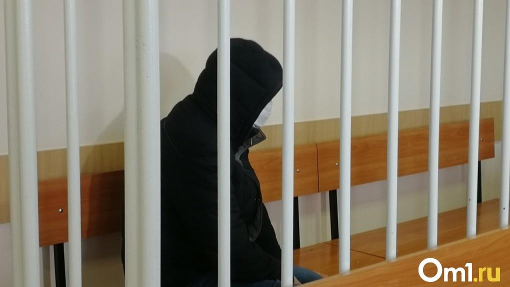Омич, который швырял детей лицом на пол, признал свою вину и попросился домой. Итоги заседания суда