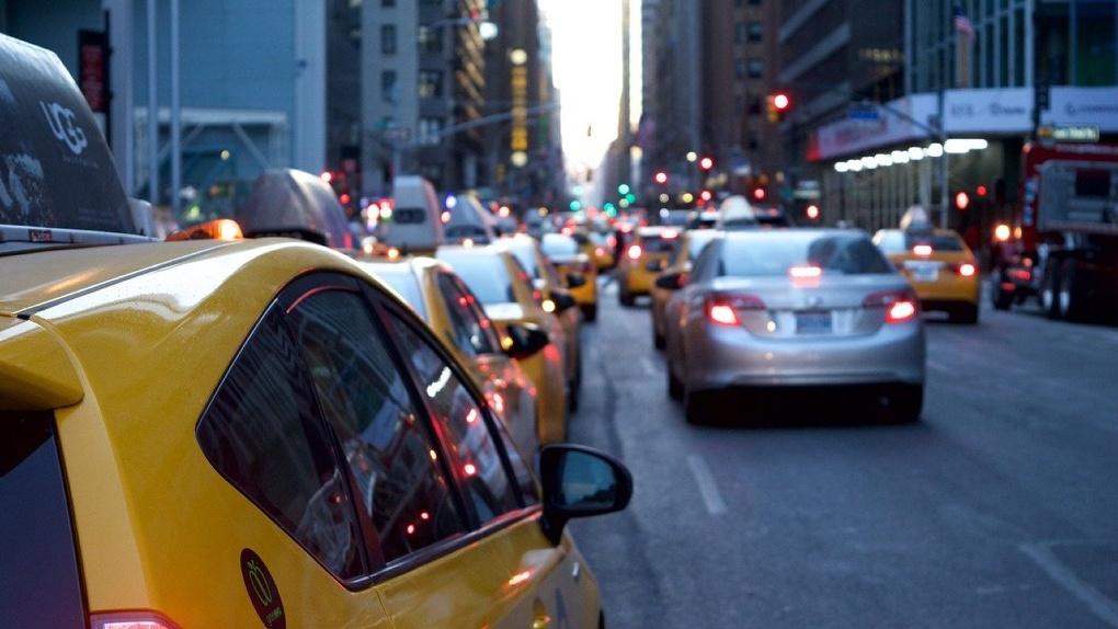 «С 8 Марта, твари». Омский таксист горячо «поздравил» пассажиров, которые исчезли с его деньгами