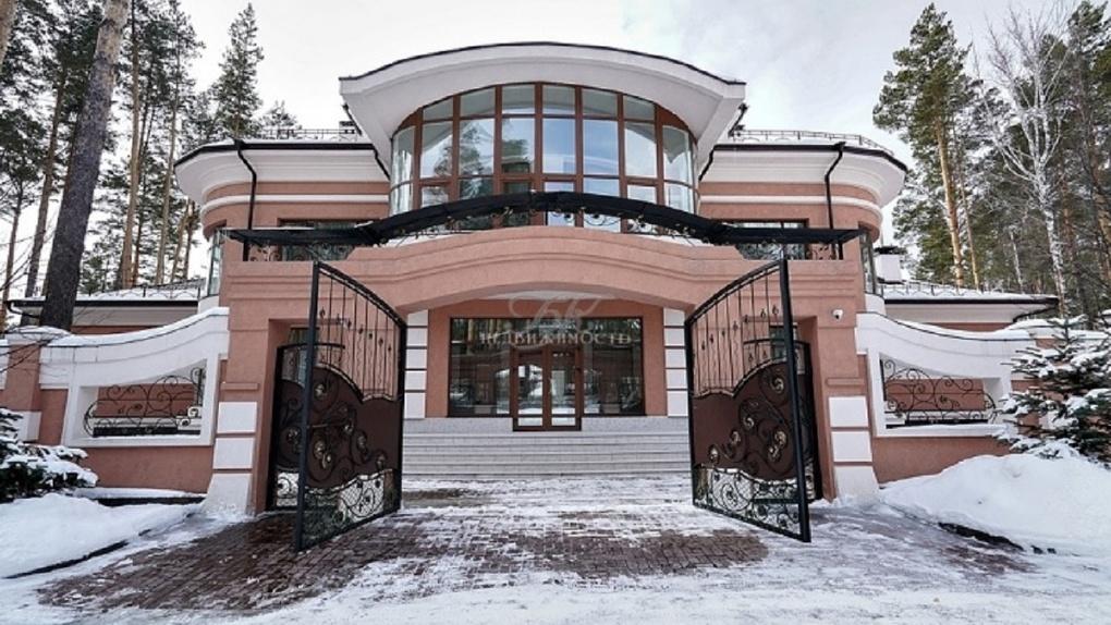 «С прудом и двумя бассейнами»: самый дорогой коттедж продают в Новосибирске