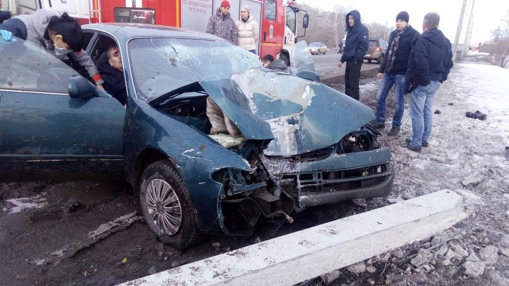 В Омске пьяный водитель протаранил столб