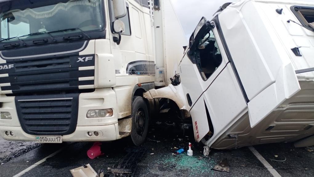 Жесткое столкновение двух большегрузов на омской трассе парализовало движение на 2 часа