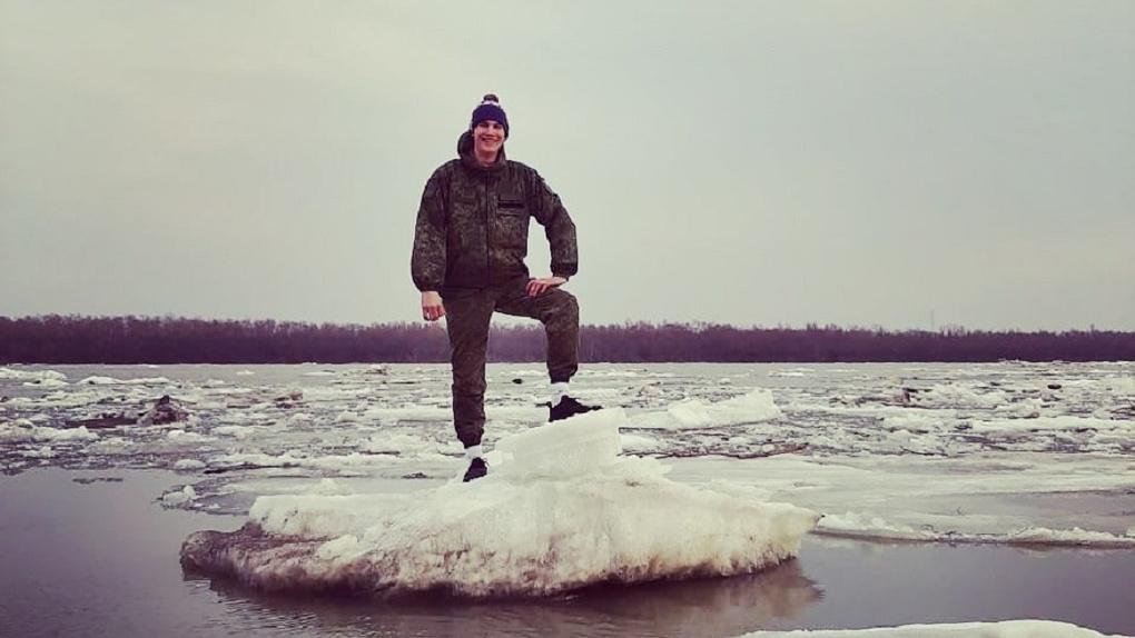 Катание на льдинах и катерах: как омичи развлекаются во время самоизоляции