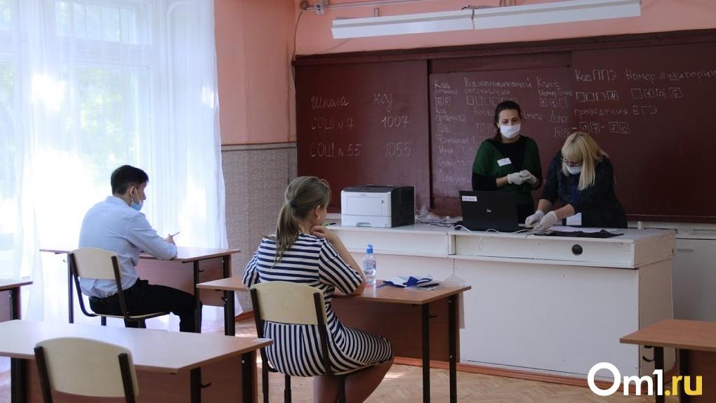 Маски, перчатки и социальная дистанция: омские выпускники пишут первый государственный экзамен (Фото)