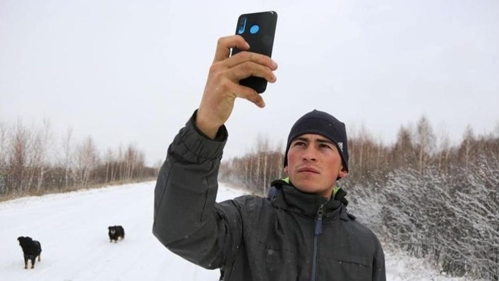 Омский тиктокер «на берёзе» замерил скорость интернета в своей деревне