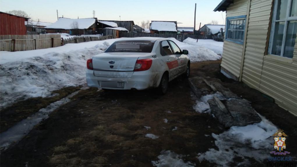 Сожитель омской таксистки дождался ночи и угнал автомобиль возлюбленной