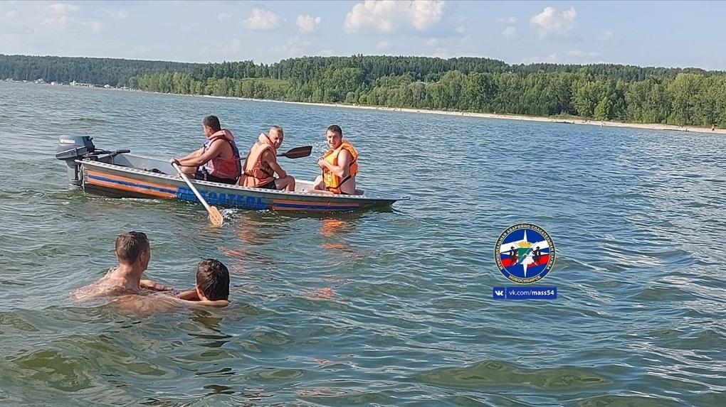 В Новосибирске спасли подростка, который прыгнул с берега в воду и серьёзно травмировал спину