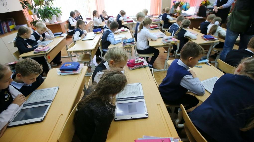 #мытожелюди: учителя по всей России публикуют свои полуобнаженные фото после увольнения коллеги