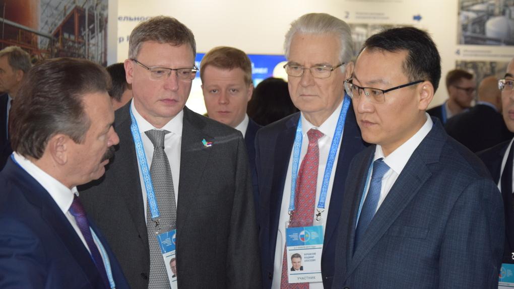 На Форуме межрегионального сотрудничества губернатор Александр Бурков подписал первое соглашение