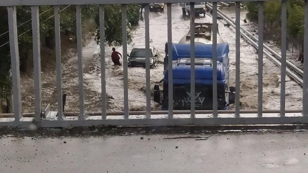 Автомобиль откинуло волной: Новосибирск затопило после ливня