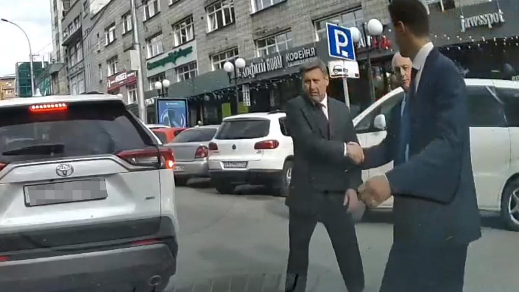Спешил по делам: мэр Новосибирска извинился за нарушение ПДД при переходе улицы