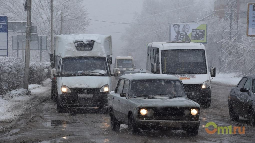 Жители нескольких округов Омска жалуются на химический запах
