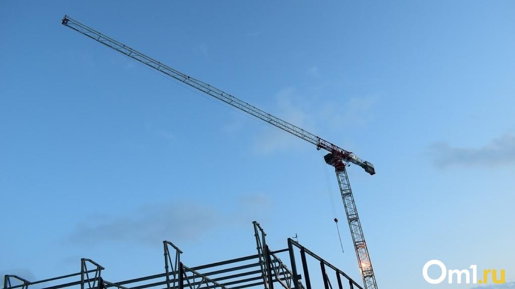 В Омске башенный кран со стройки может рухнуть на жилой дом