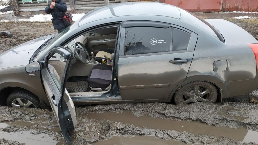 Автомобили застревают в грязи прямо в центре Омска