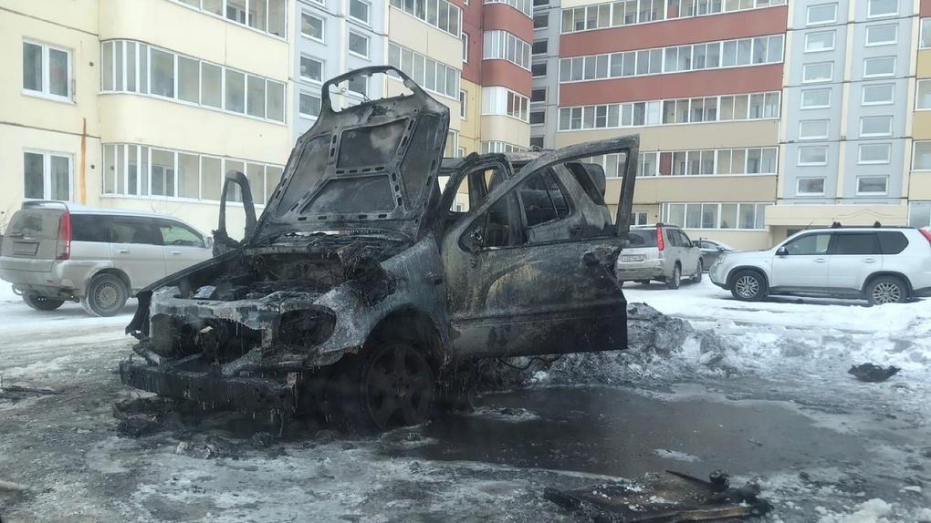 В Омске сгорел припаркованный во дворе Mercedes