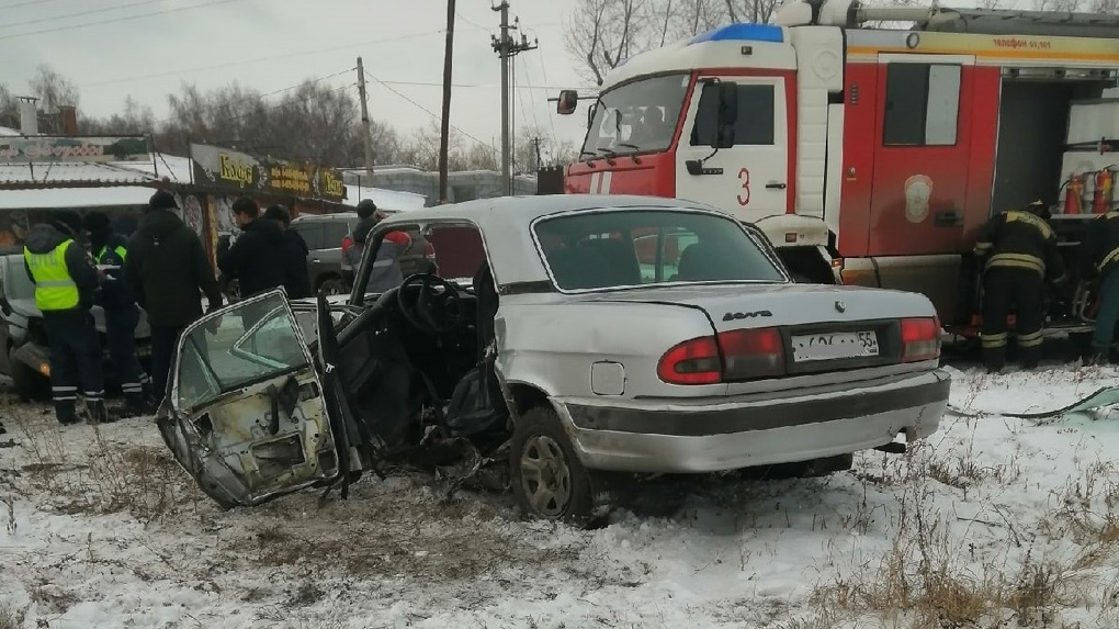 В результате серьёзного ДТП омским спасателям пришлось разрезать машину