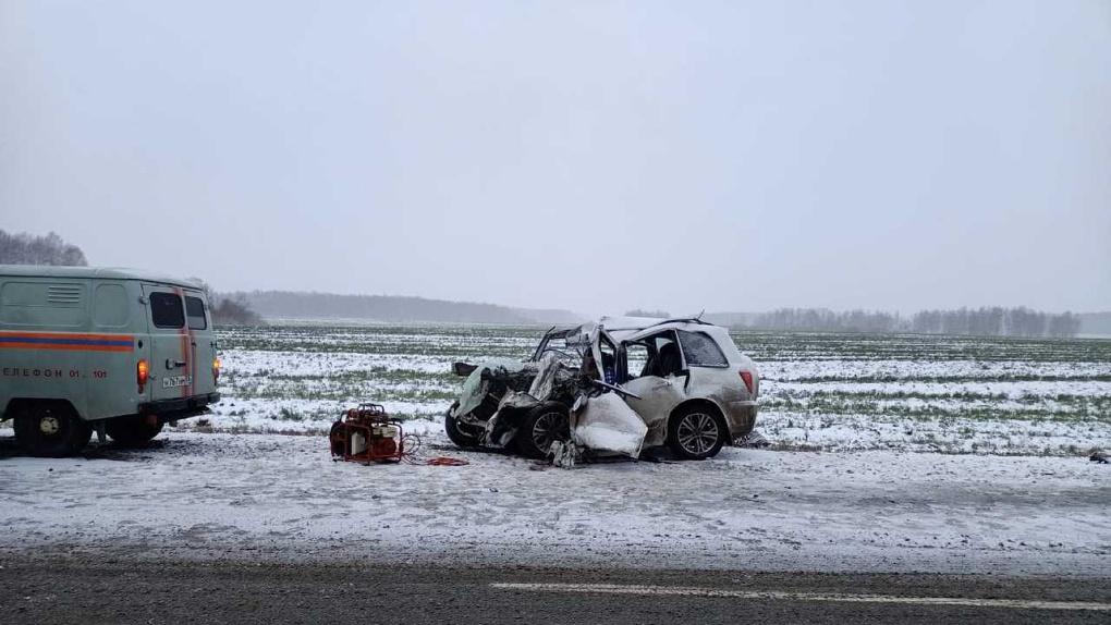 Машина всмятку, два человека мертвы. На омской «трассе смерти» столкнулись легковушка и грузовик