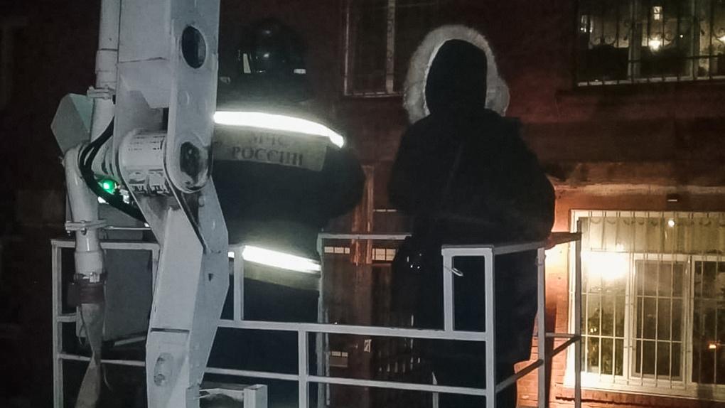 На пожаре в многоэтажке в Омске погибла женщина