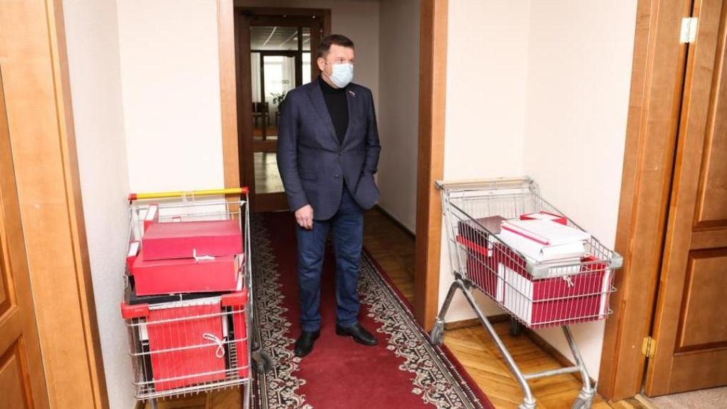 Заксобрание Новосибирской области передало правительству региона 15 тысяч листов с наказами избирателей