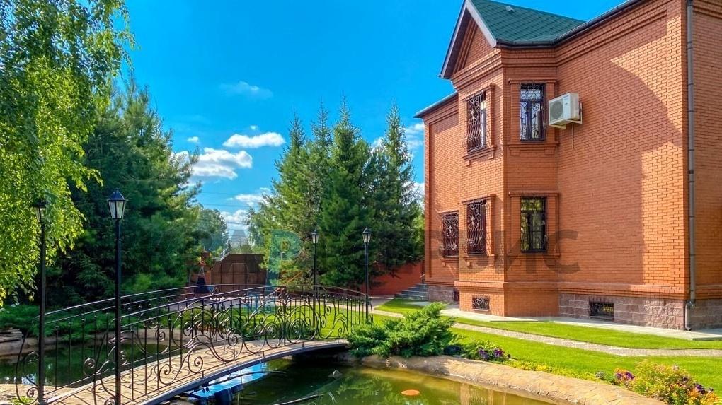 В Омске продаётся коттедж с алой спальней, русалкой и медвежьей шкурой на полу за 38 миллионов