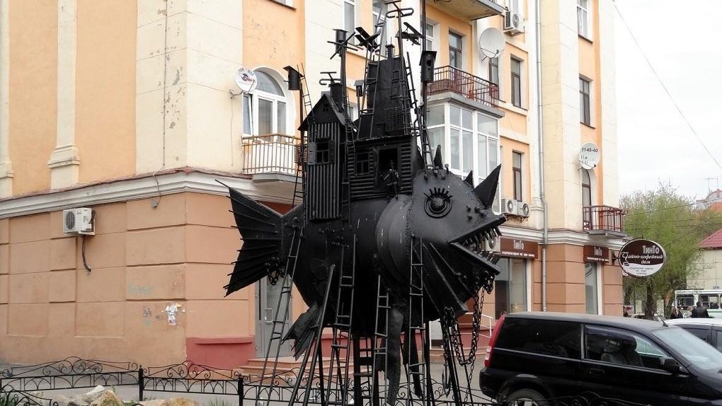 Омичка перевезла в Краснодар скульптуру «Коммунальный карась»