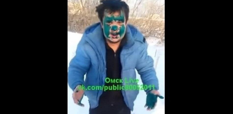Прежде чем вымазать пассажира зелёнкой, омский таксист гонялся за ним по больничному городку
