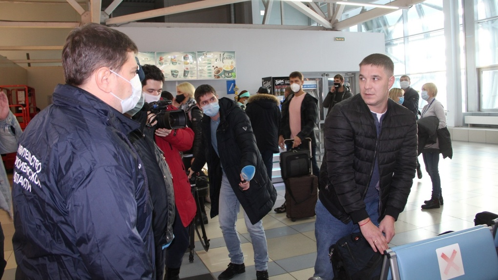 Трое не надели маски: в новосибирском аэропорту Толмачёво проверили соблюдение антиковидных мер