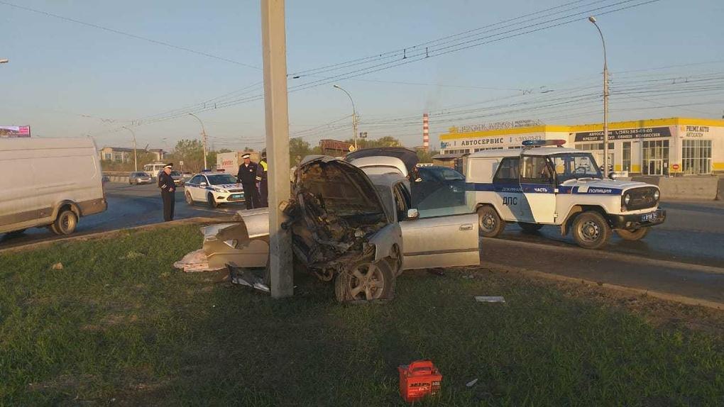 Погиб на месте: молодой человек из Новосибирска на скорости врезался в рекламный щит